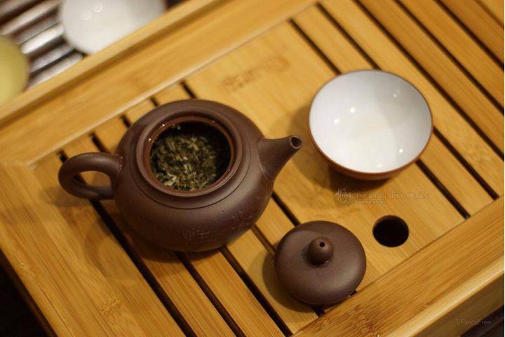 pha trà bằng ấm trà tử sa