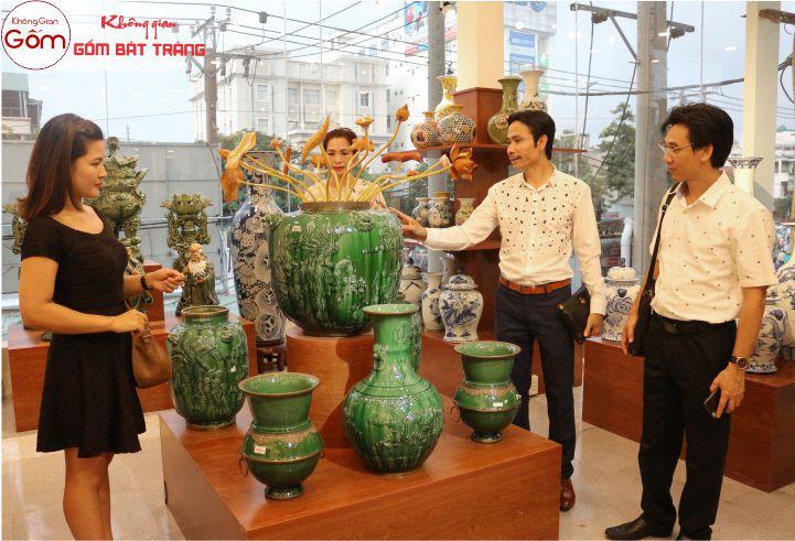 Các nghệ nhân Bát Tràng bên tác phẩm gốm sứ của nghệ nhân Trần Độ