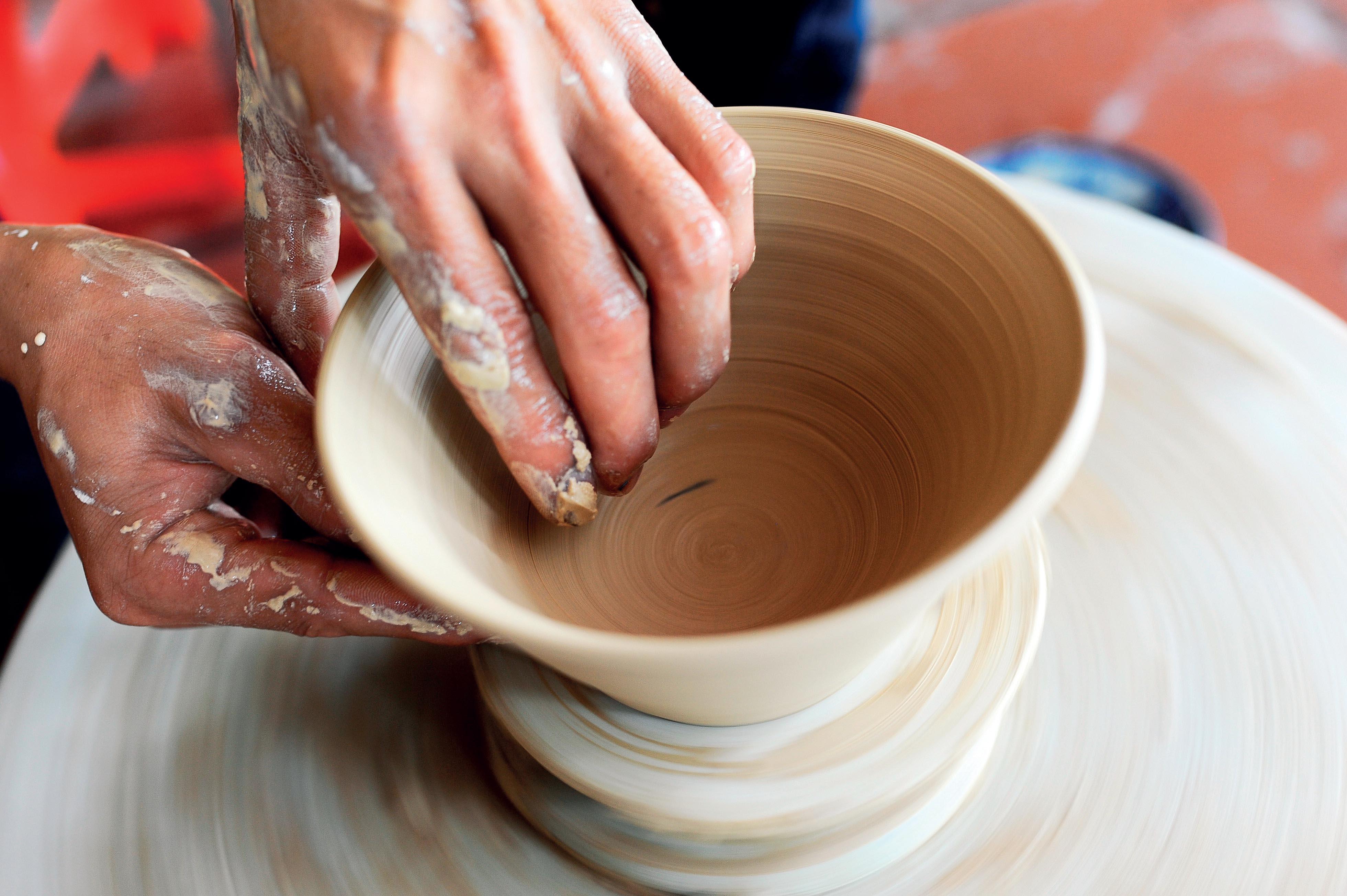 Tạo dáng gốm Bát Tràng thường được làm trên bàn xoay