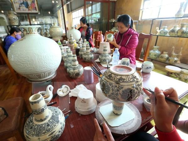 Sản phẩm gốm Chu Đậu thường được vẽ bằng tay