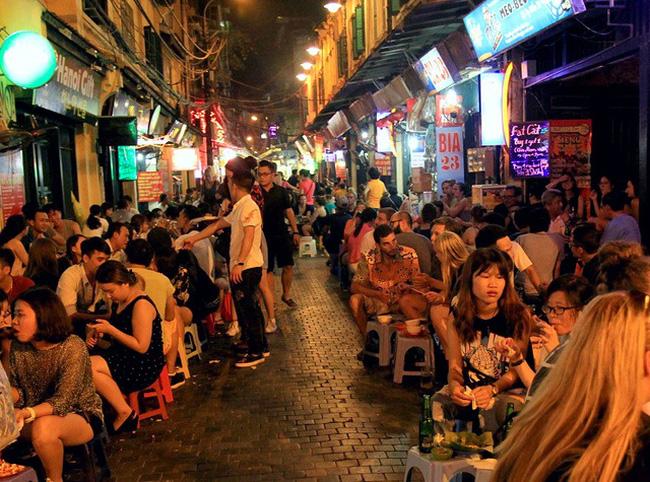 Tại các quán nhậu lề đường sau 22h vẫn đông đảo khách hàng ngồi nhậu