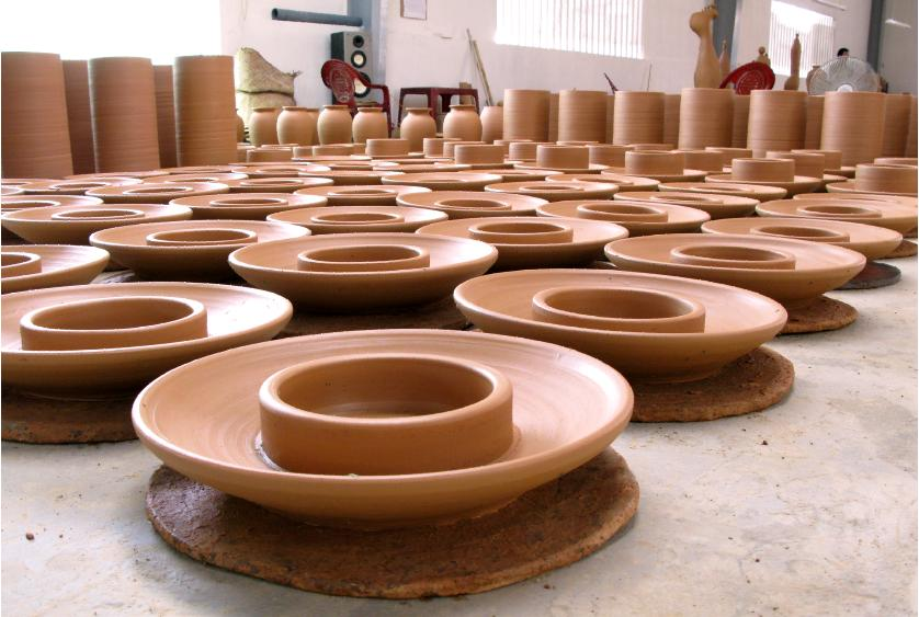 Sản phẩm gốm Phù Lãng được tạo trên bàn xoay