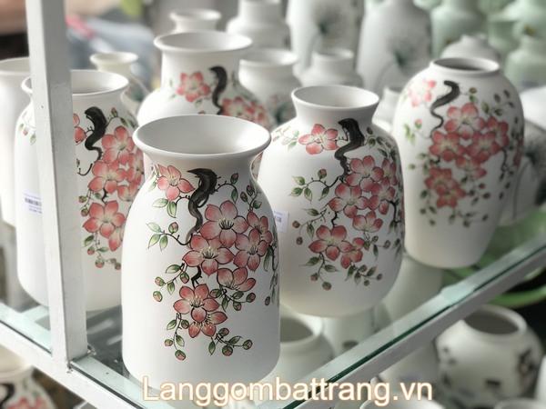 Bình gốm cắm hoa dùng để trang khí không gian sống