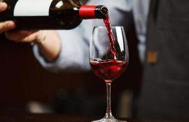 Nhân viên phục vụ nhà hàng cần biết cách rót rượu vang chuẩn