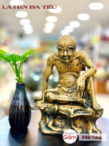 Cửa hàng bán tượng la hán tại huyện Hooc Môn